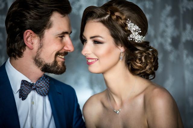 bruidspaar kijkt verliefd
