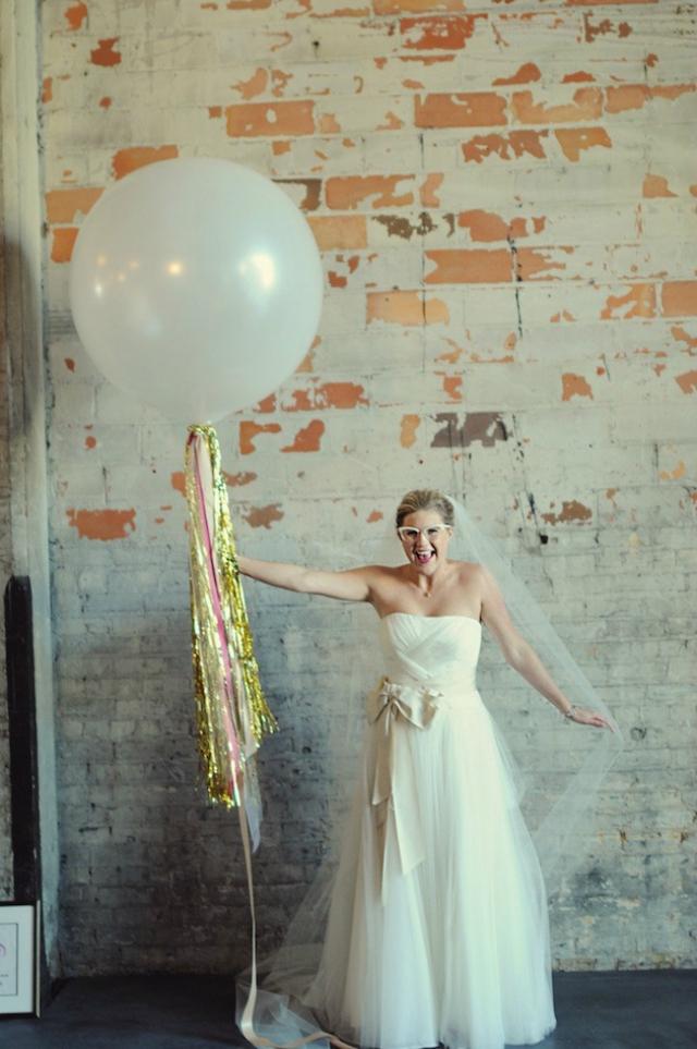 Bruid met bril en ballon