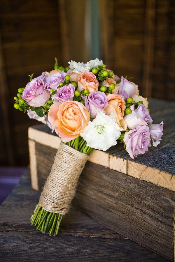 Kleurenthema paars en Peach bruidsboeket