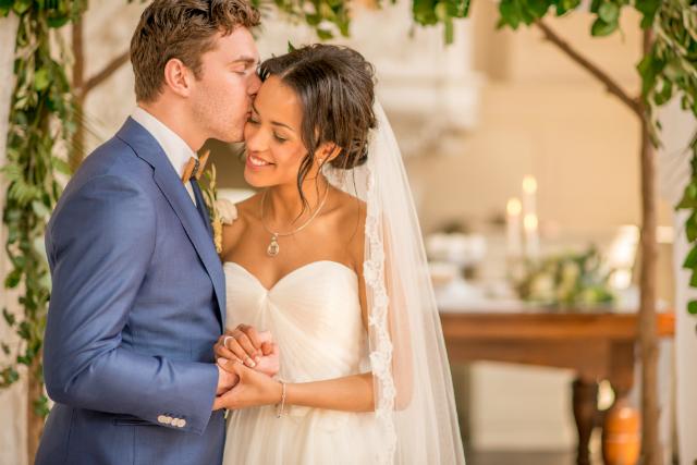 bruidspaar kus voorhoofd lachen