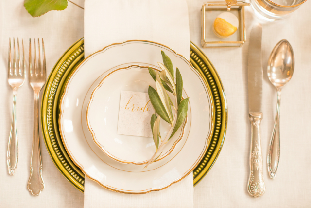 tablesetting wit goud groen bord bride