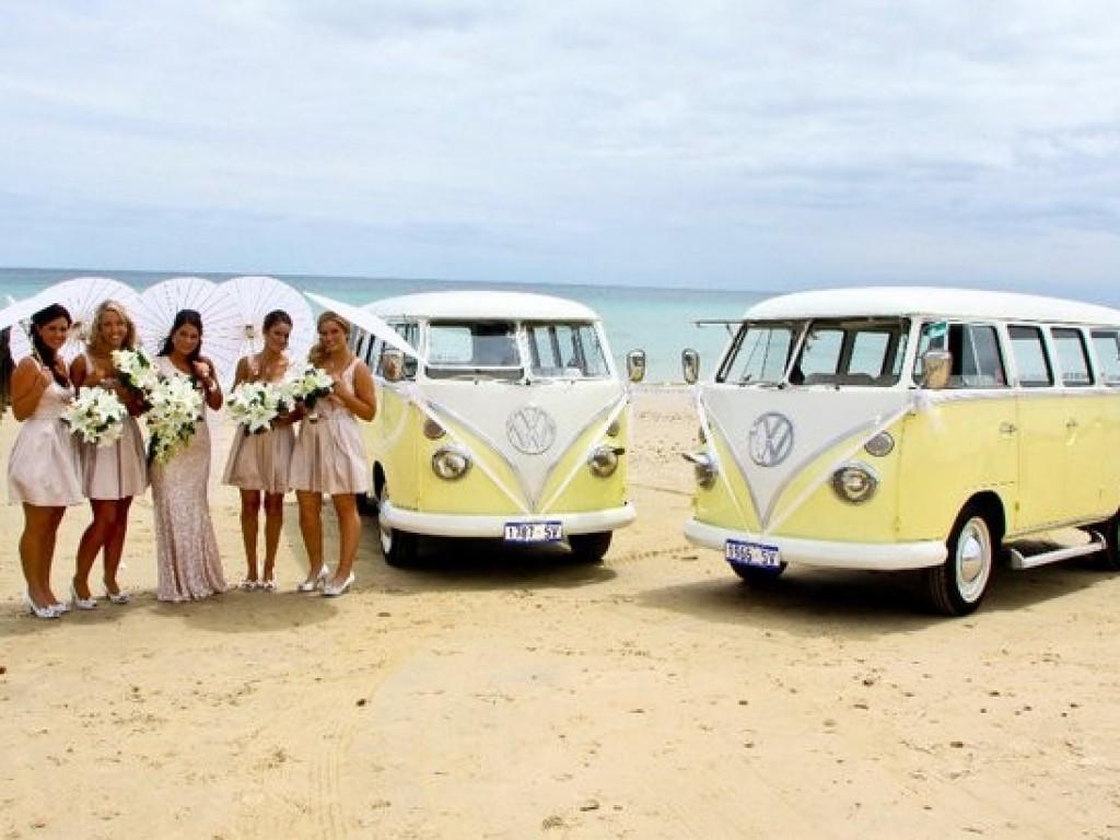 Een volkswagenbusje als trouwvervoer