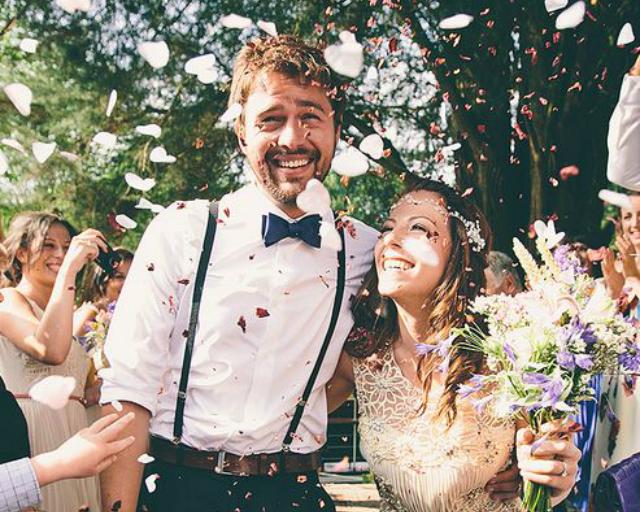 Blij bruidspaar verrassingsbruiloft