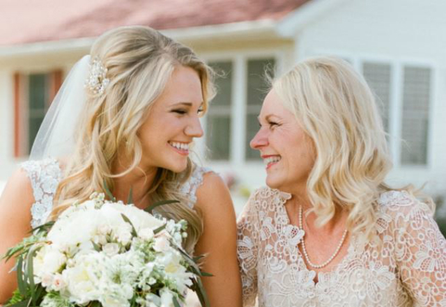 bruid en moeder vrijgezellenfeest