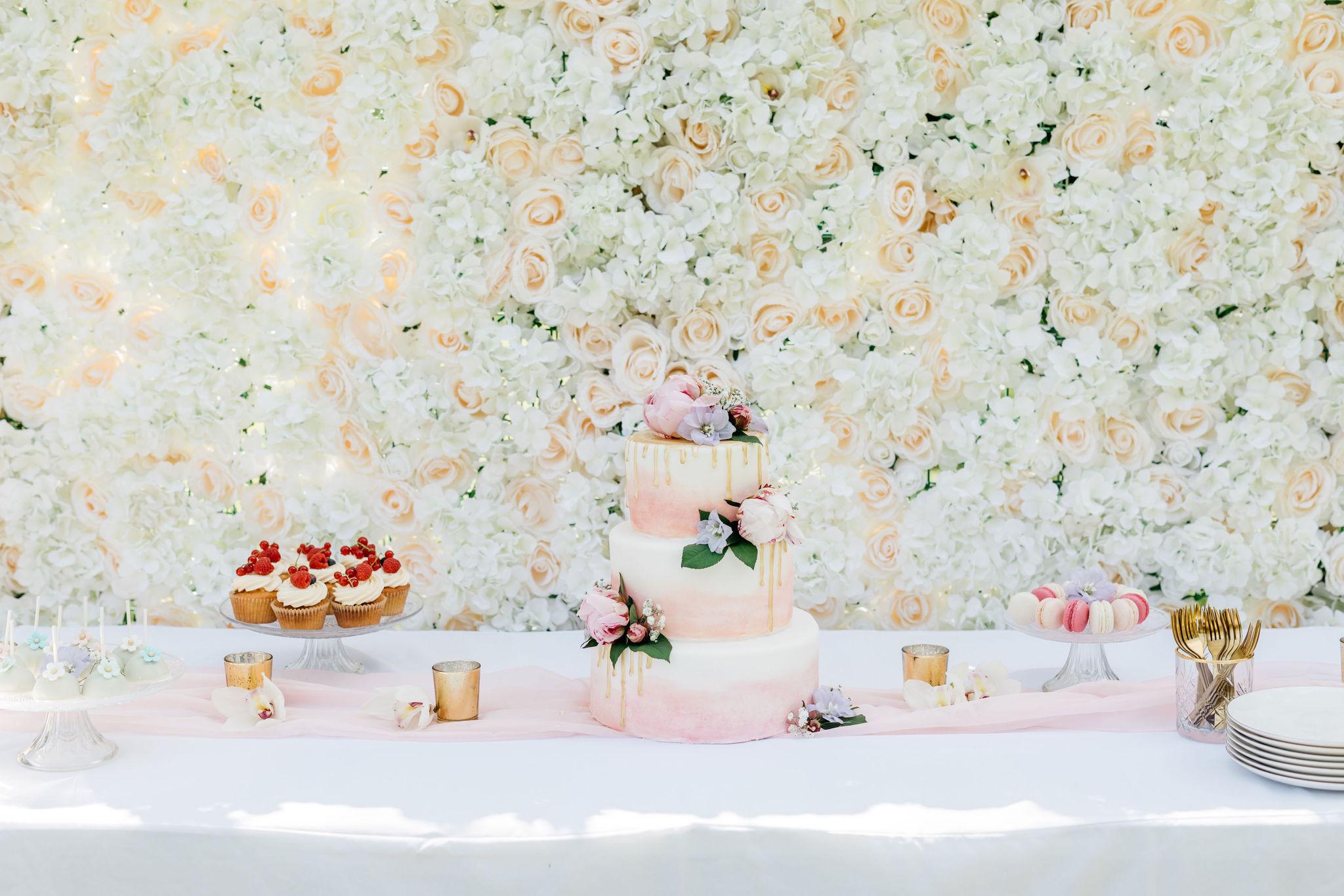 Sweet table op je bruiloft flowerwall - Elise Rachelle Fotografie