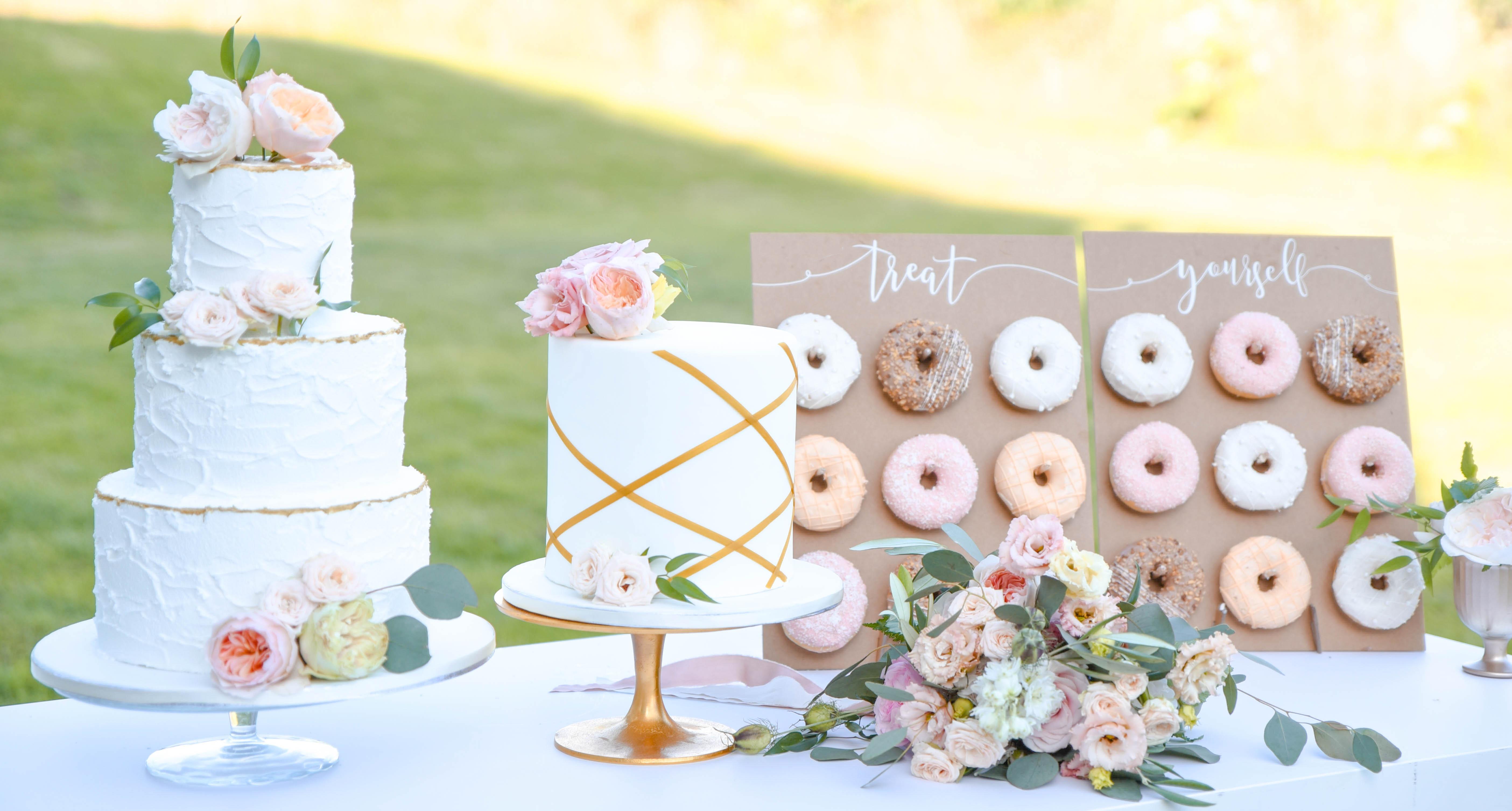 Sweet table op je bruiloft met donuts - By VT Photography