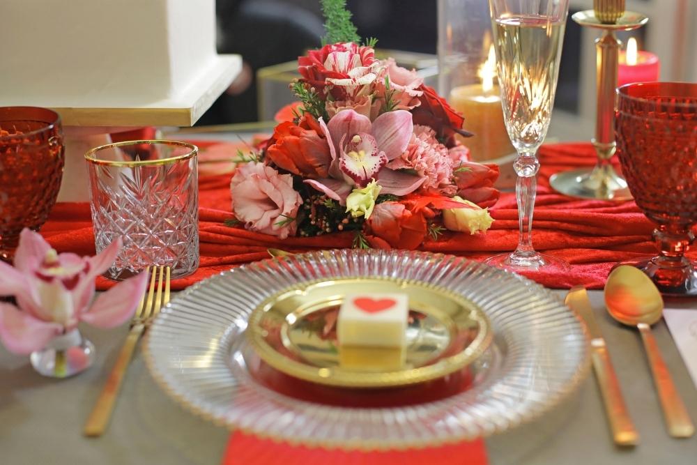huwelijksaanzoek op valentijnsdag tussen rode rozen 1