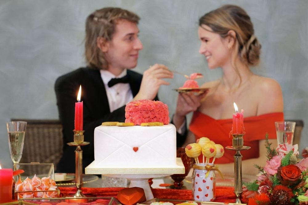huwelijksaanzoek op valentijnsdag tussen rode rozen 10