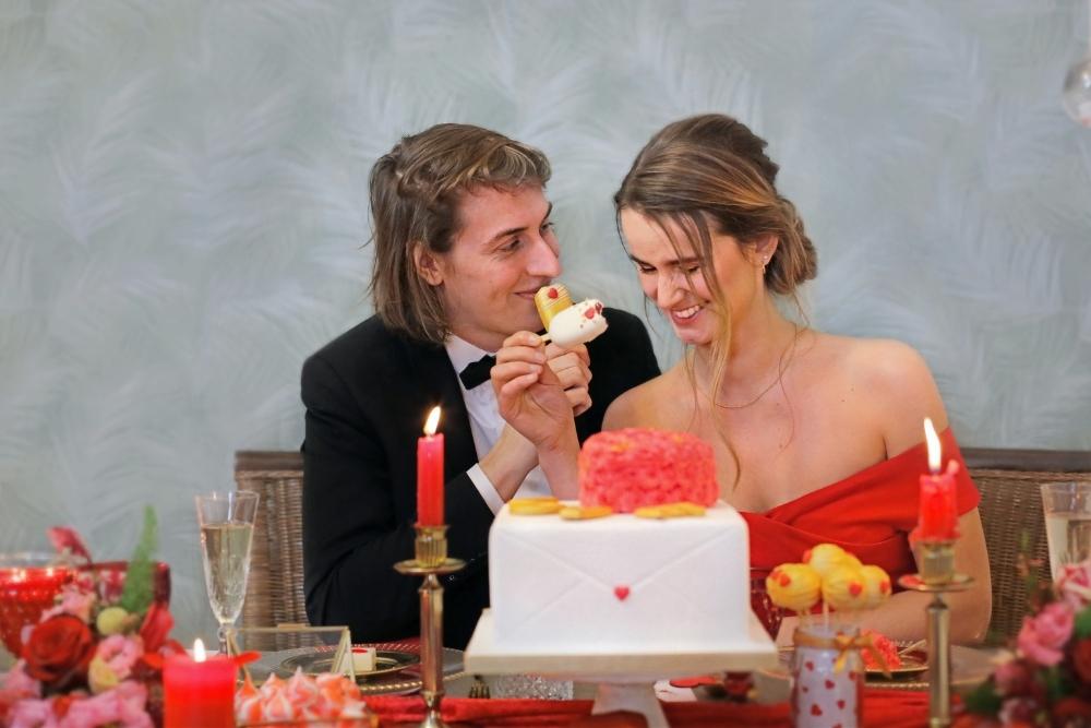 huwelijksaanzoek op valentijnsdag tussen rode rozen 11