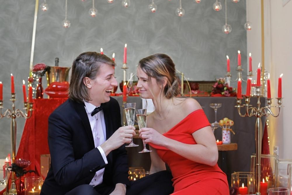 huwelijksaanzoek op valentijnsdag tussen rode rozen 12