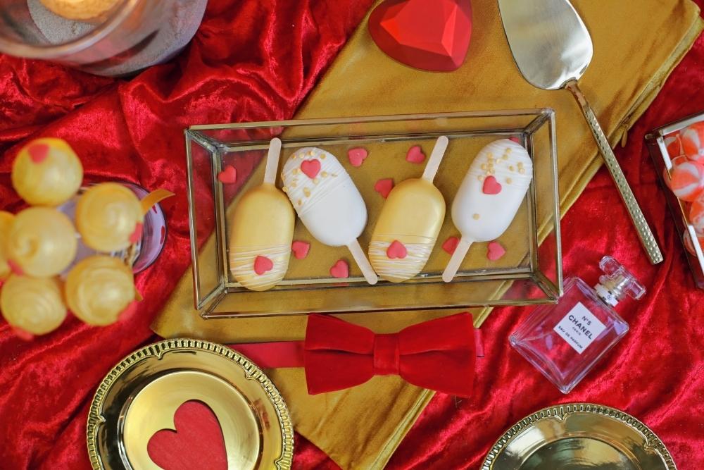 huwelijksaanzoek op valentijnsdag tussen rode rozen 15