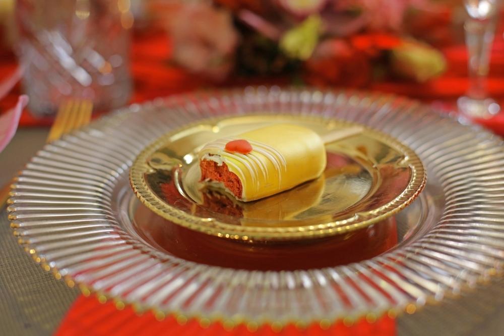 huwelijksaanzoek op valentijnsdag tussen rode rozen 16