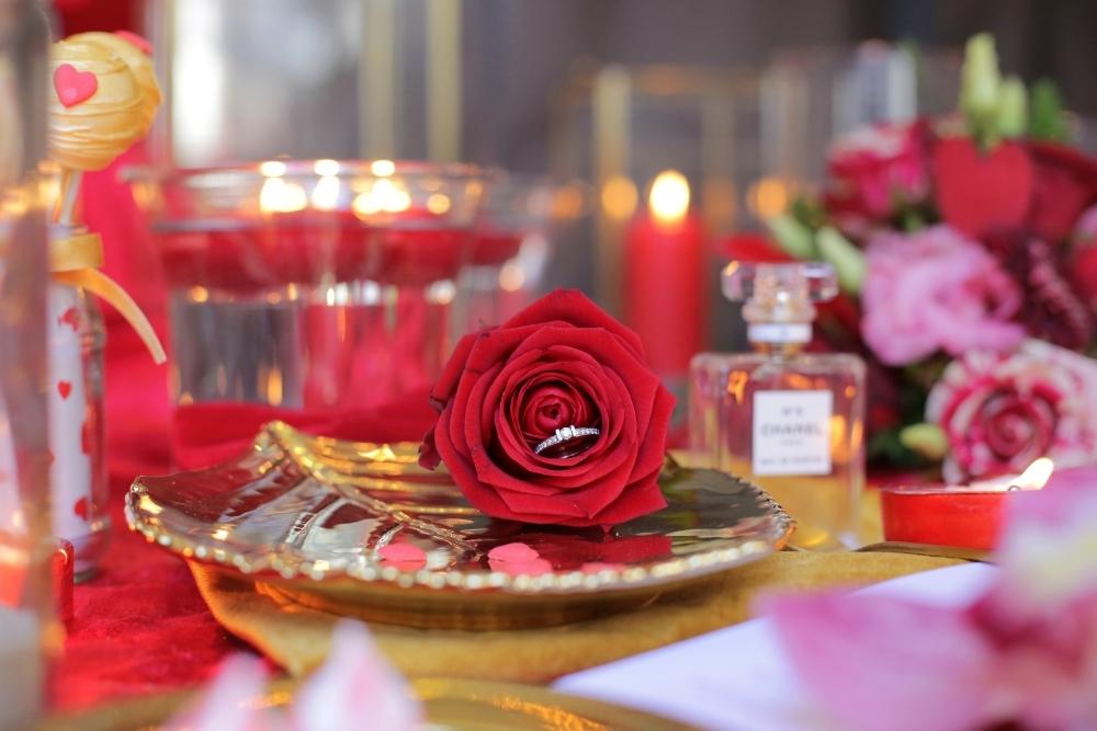 huwelijksaanzoek op valentijnsdag tussen rode rozen 2