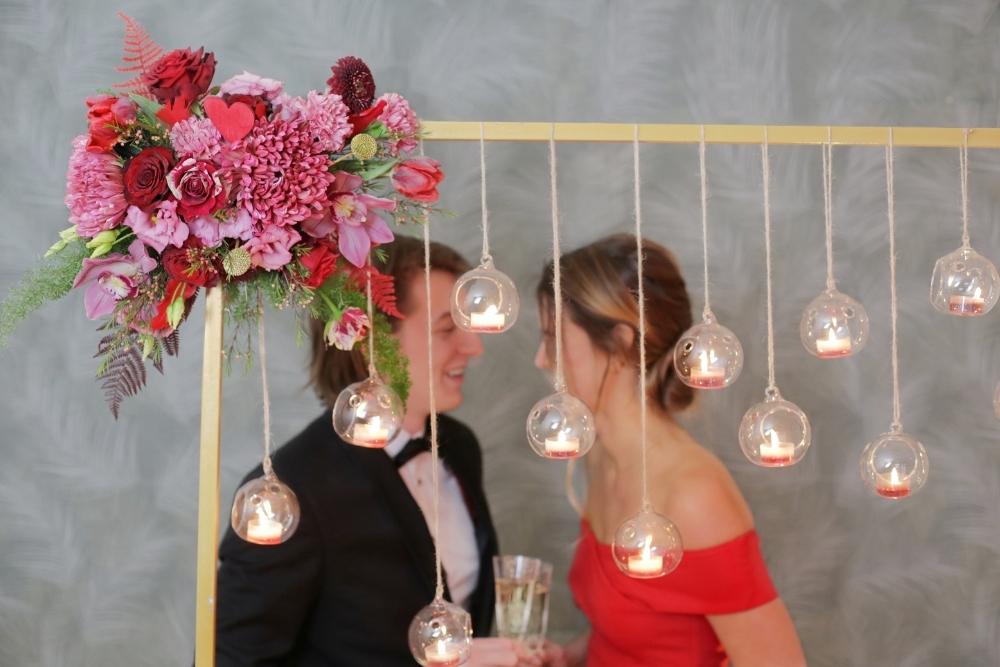 huwelijksaanzoek op valentijnsdag tussen rode rozen 3