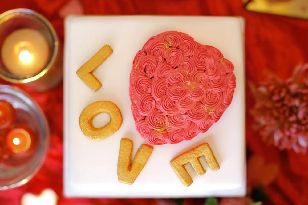 huwelijksaanzoek op valentijnsdag tussen rode rozen 4