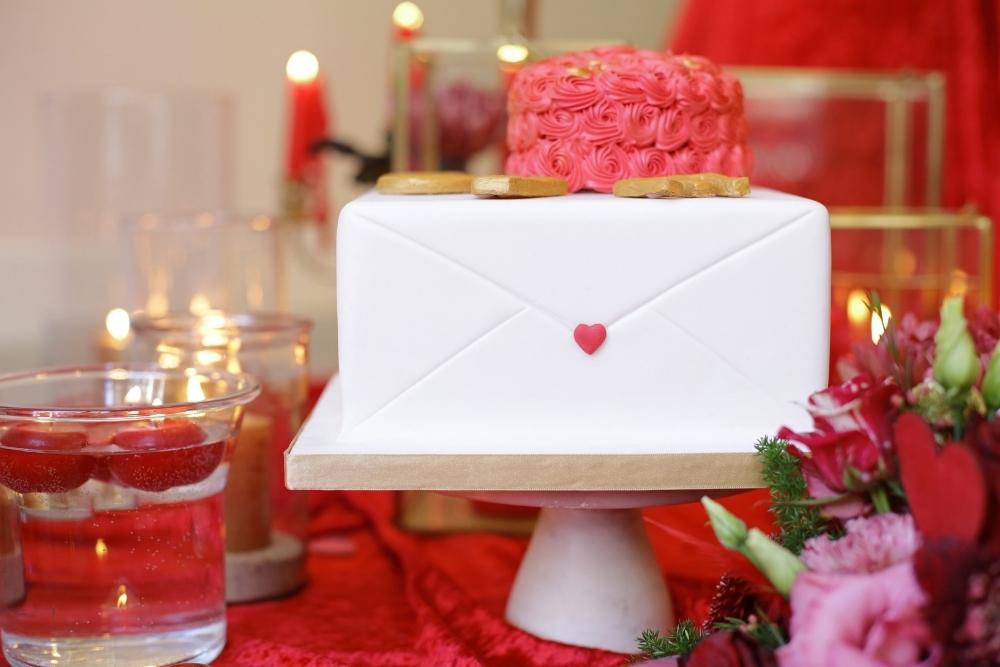 huwelijksaanzoek op valentijnsdag tussen rode rozen 5