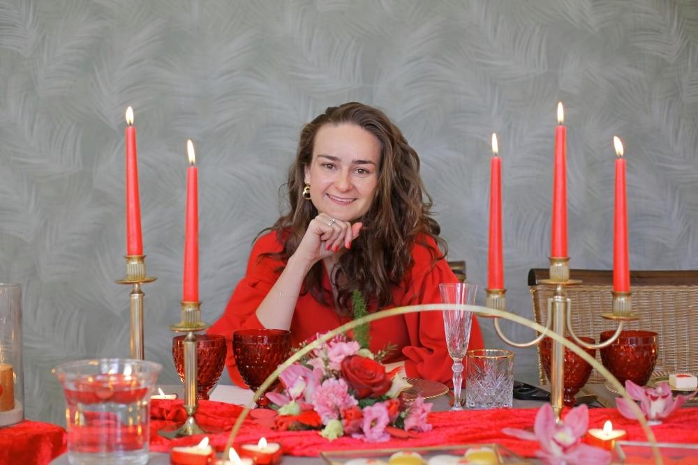 huwelijksaanzoek op valentijnsdag tussen rode rozen 6
