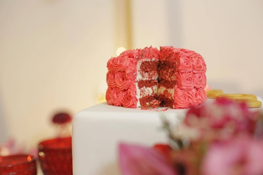 huwelijksaanzoek op valentijnsdag tussen rode rozen 7