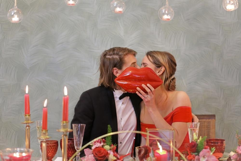 huwelijksaanzoek op valentijnsdag tussen rode rozen