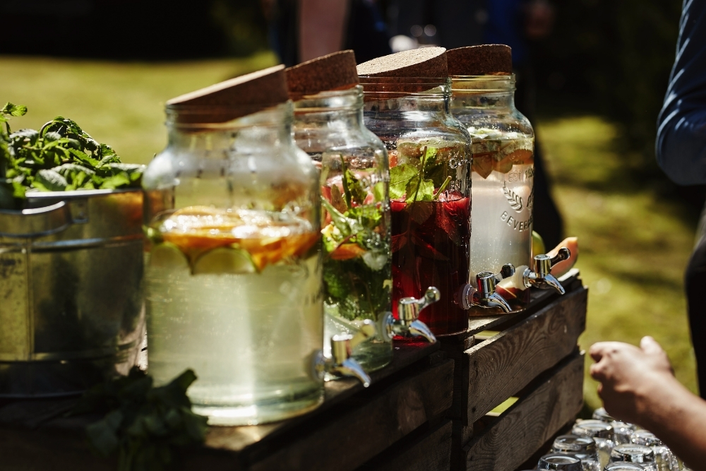 micro wedding trend in de tuin welkomstdrankjes